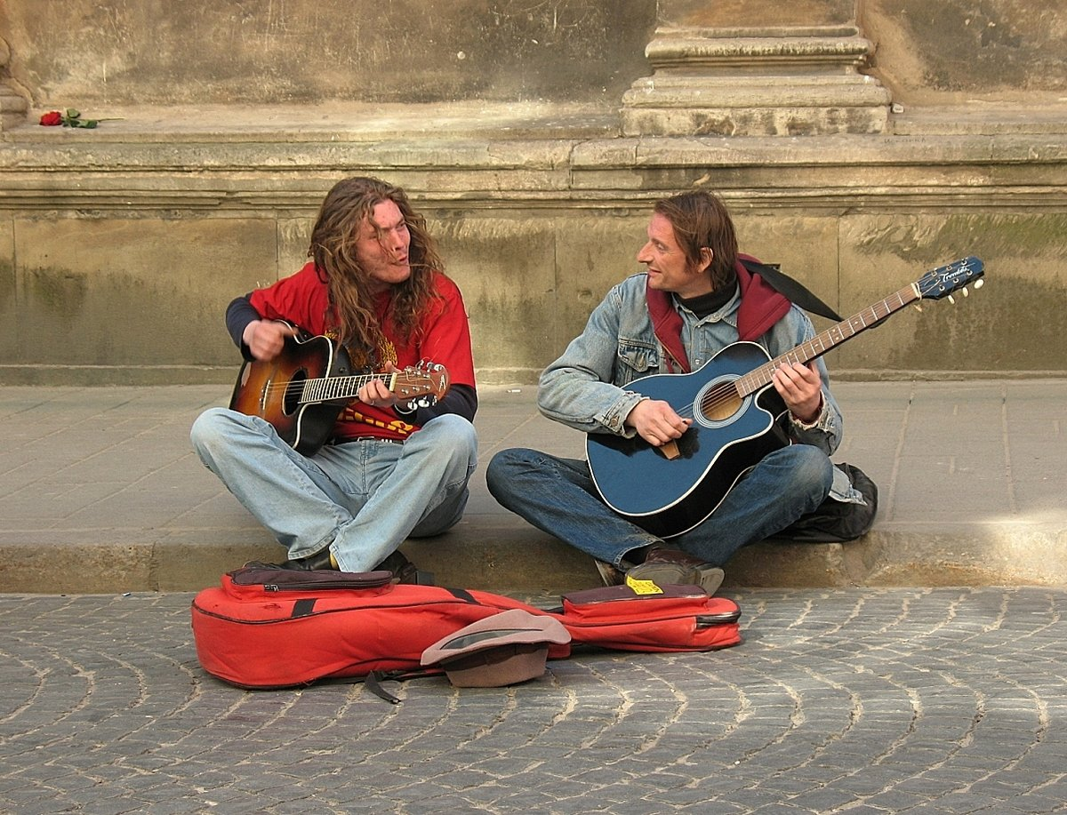 Играют на улице музыку видео