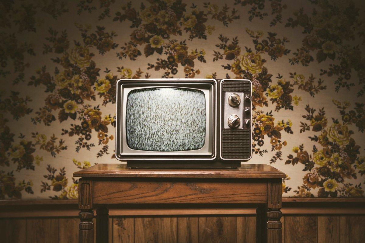распространенный древесный креативный ретро телевизор фото яркое пламя