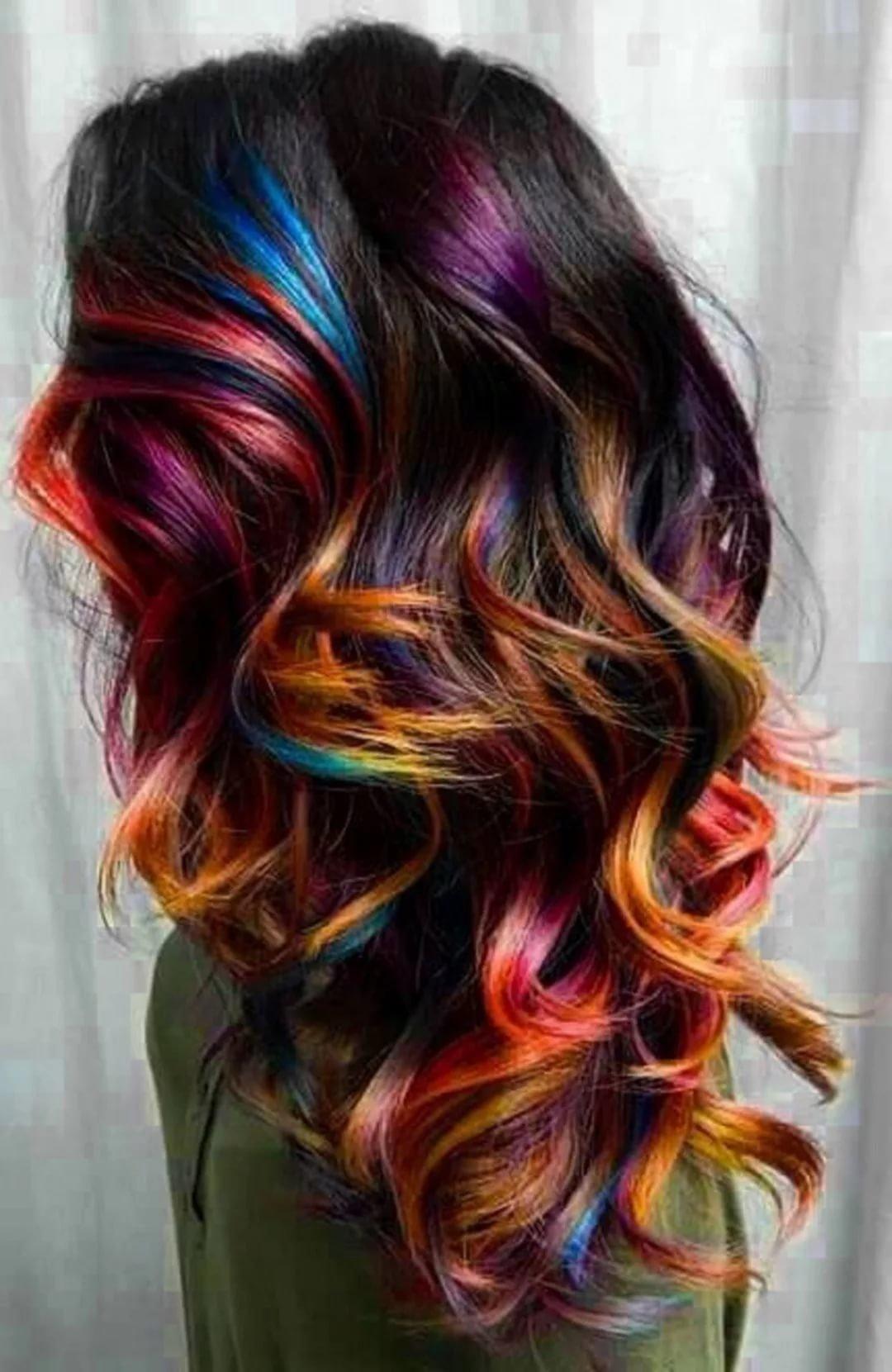 При выборе цветов, в которые будут окрашены пряди, следует учитывать не только веяния моды, но и оттенок кожи.