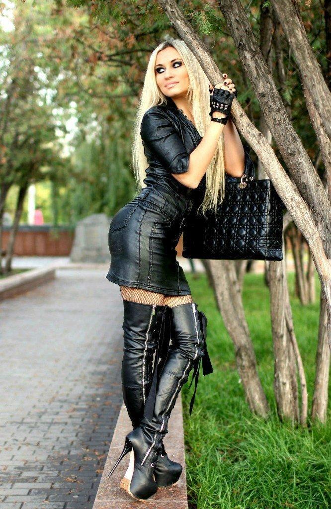 budka-seksa-seksualnie-devushki-v-vechernih-platyah-i-botfortah-ssit