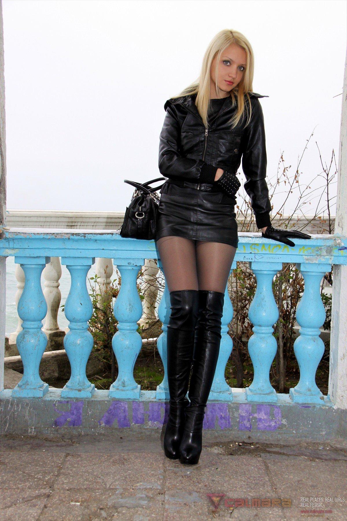 zrelaya-v-korotkoy-yubke-chulkah-i-sapogah-foto-devushek-v-stringah-razdvigayut-nogi