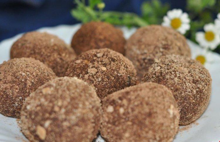 Печенье перекрутите в мясорубке или измельчите его в ступке, превратив в мелкую крошку.