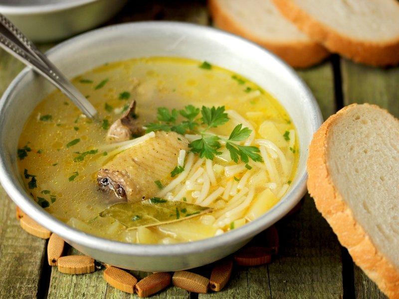 В куриной тушке сложно найти такую часть, из которой невозможно было бы сварить вкусный и полезный суп.