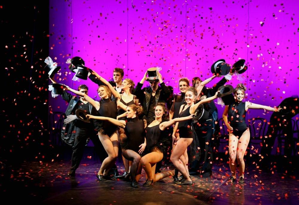 красавицы танцуют на сцене