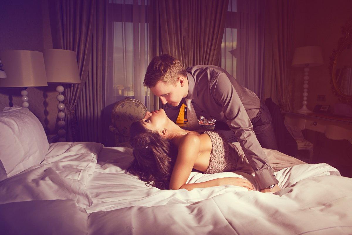 Видео парень с девушкой обнимаются в постели