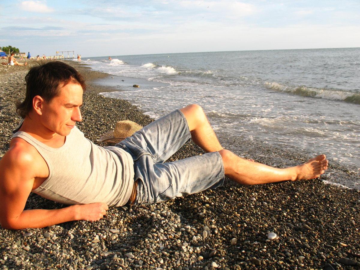 представитель фото мужчин на море летом при
