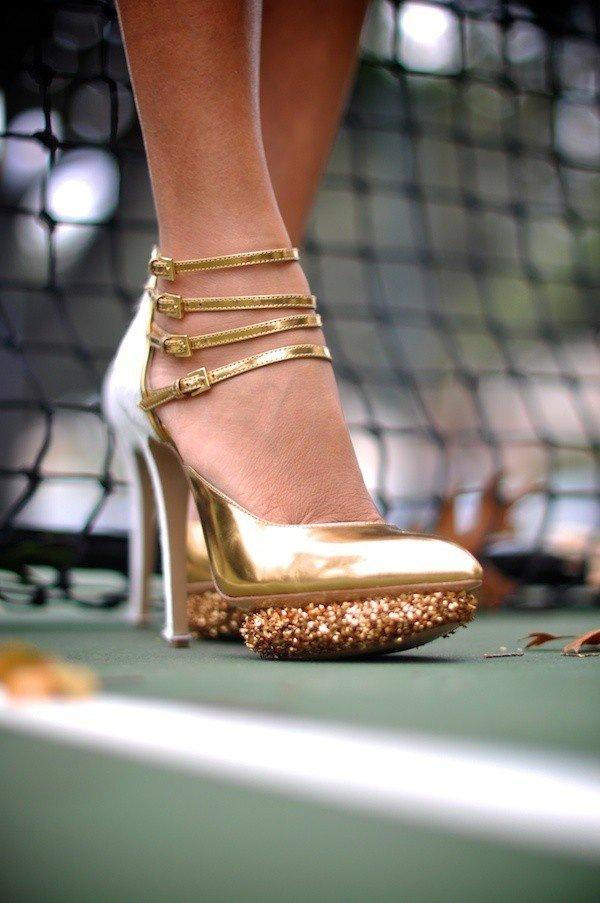 женские ноги в золотых туфлях фото редких