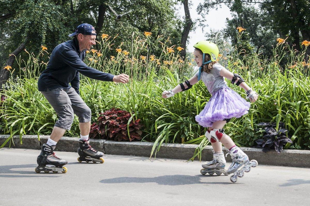 Кроме роликов, можно кататься на своих самокатах и скейтбордах.