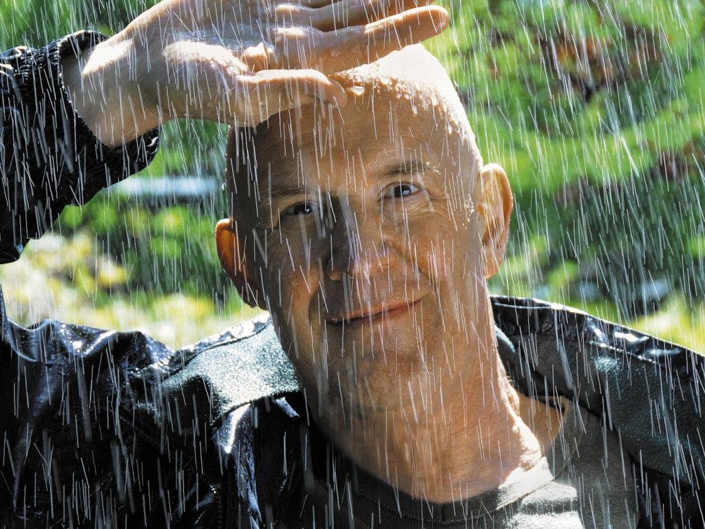 фото верхом на мужчине и под дождем принц танцуют