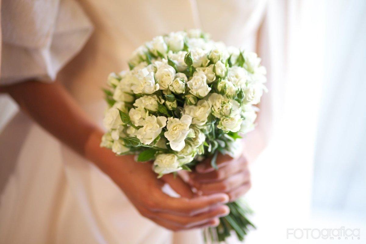 Свадебный букет из маленьких роз фото