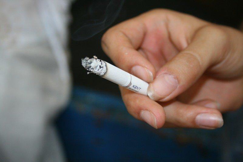 фото сигарет в руке роликов
