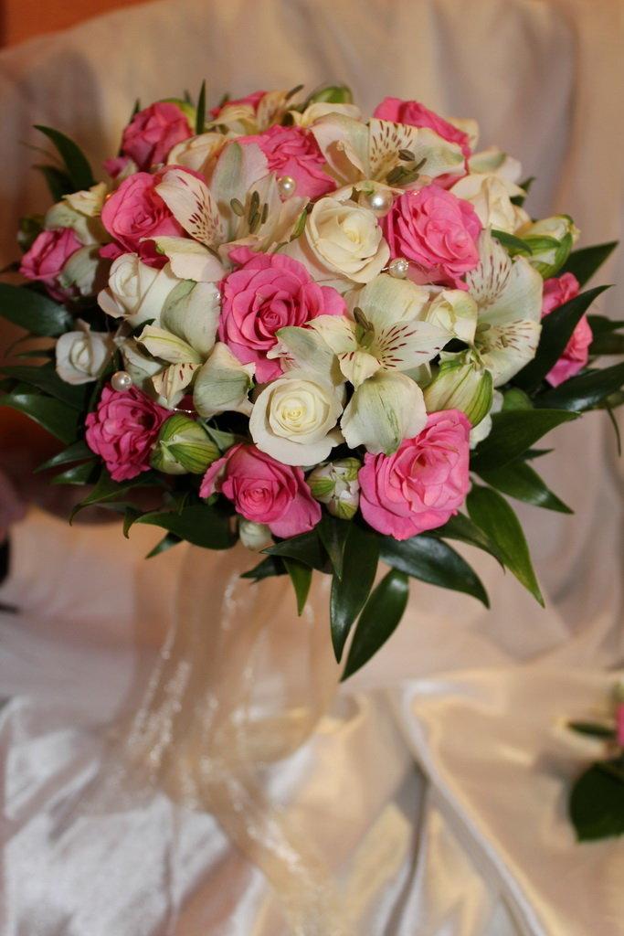 Классический букет невесты из роз и альстромерии, розовых роз