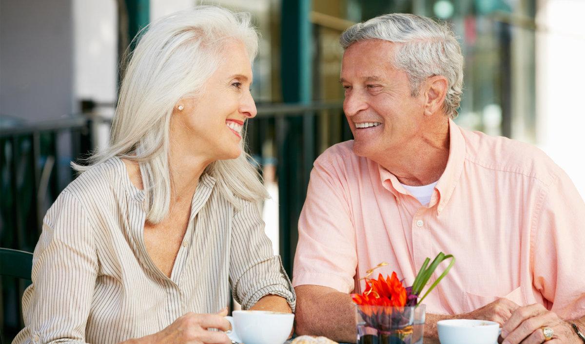 довольна, две пожилые и молодой снимают свою