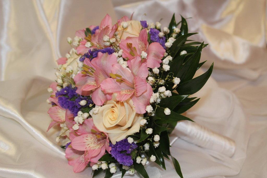 Букет невесты альстромерия и розы