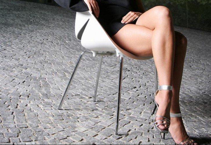 женщины на стуле показывают ножки руки погибает