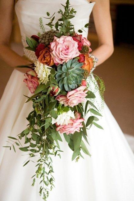 Больше всего каскадный букет невесты подойдет к длинному платью, достигающему пола.