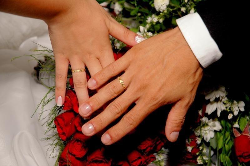 Открытку подписать, картинки обручальных колец на руках влюбленных