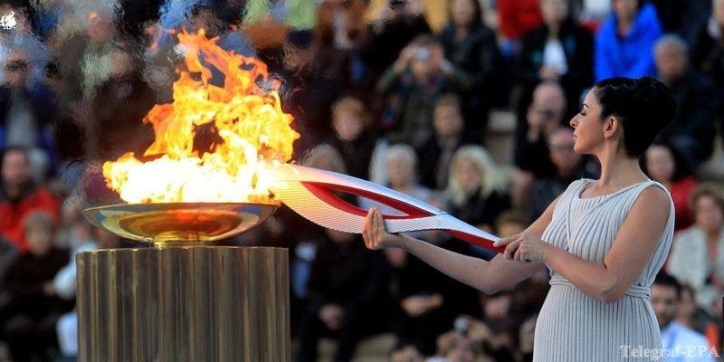 Фото бегуньи с олимпийским факелом тихое место