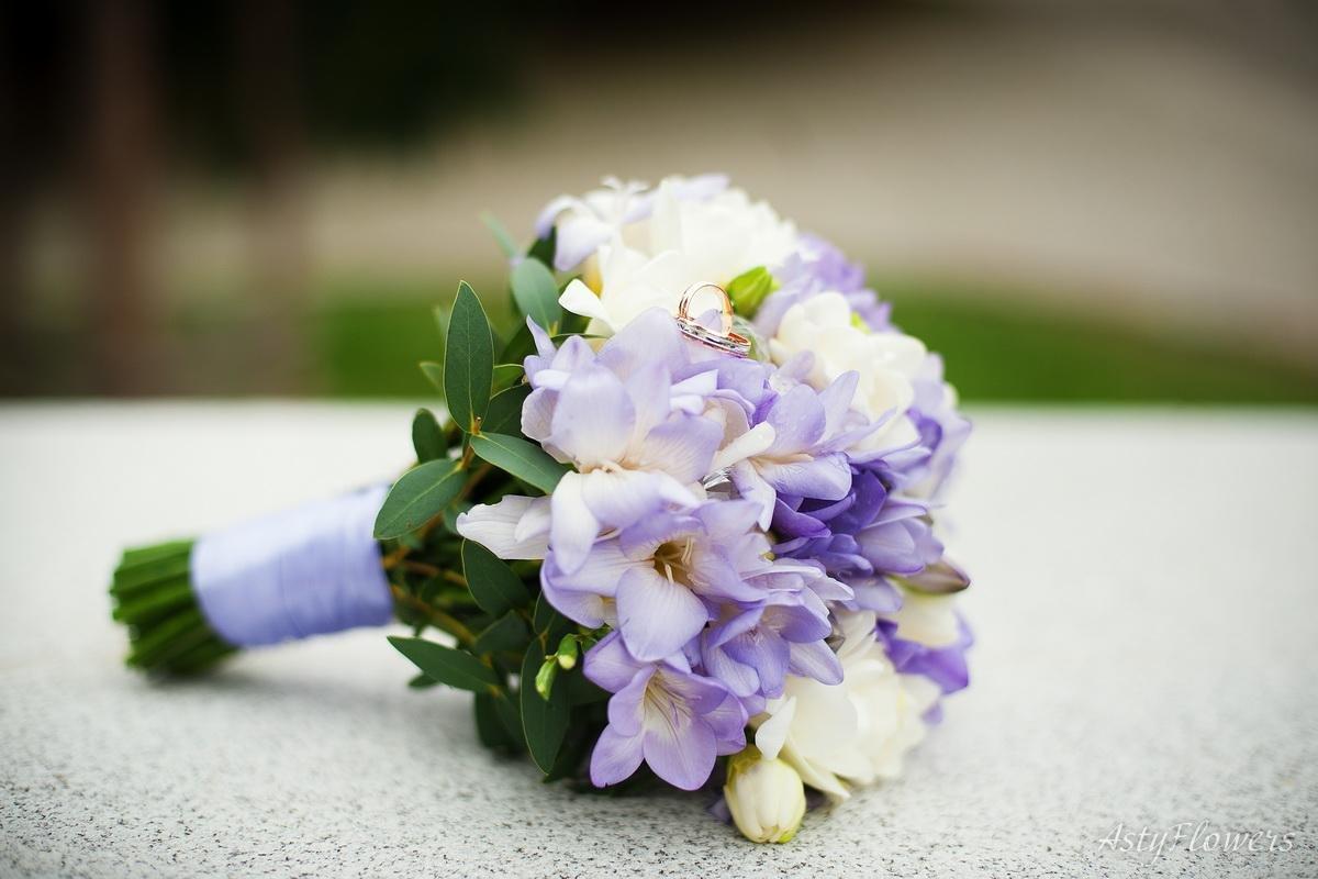 Яркий свадебный букет из фрезий купить
