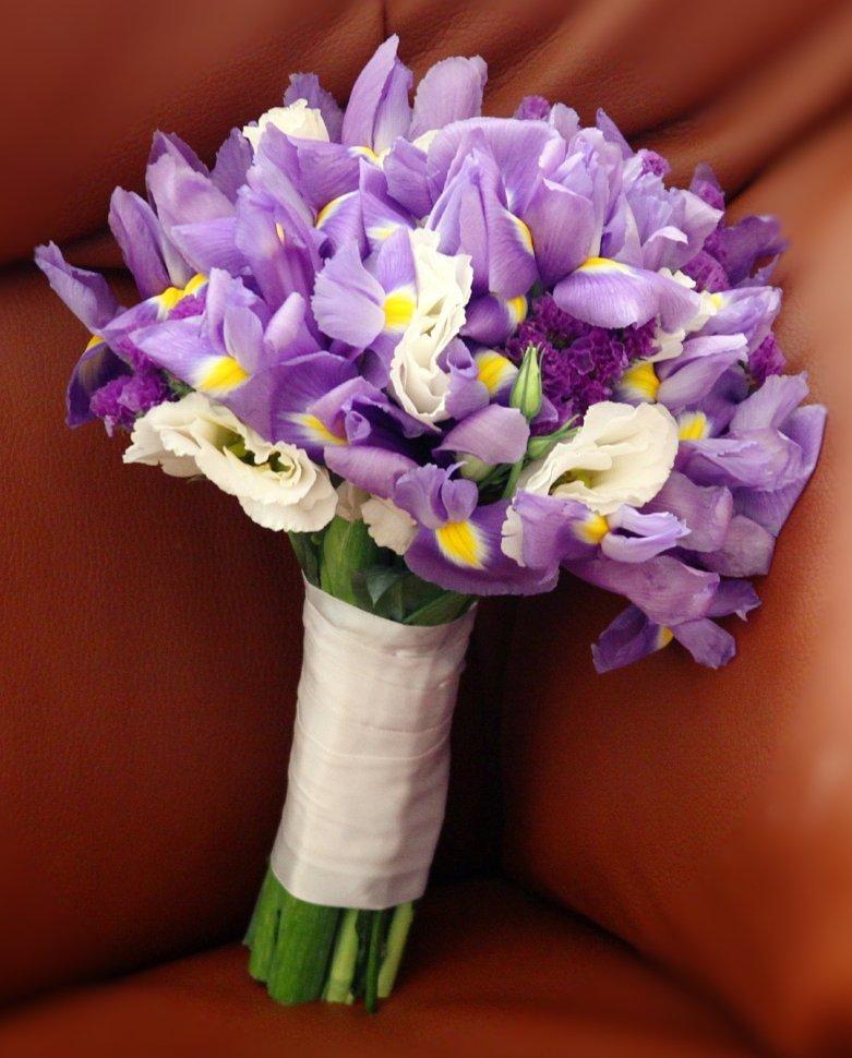 Букет на свадьбу из белых тюльпанов и ирисов, доставка город ивантеевка