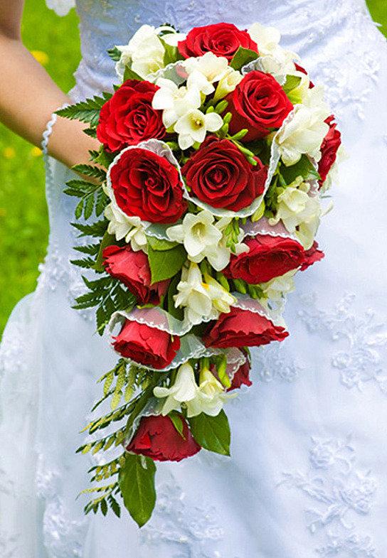 Недорого букет невесты каскадный из розы, цветов последний