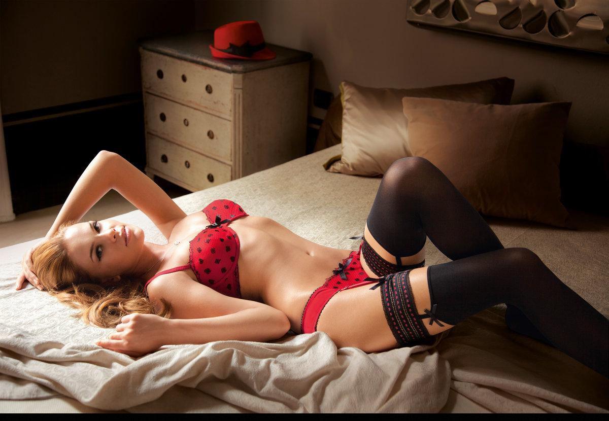 обливающие девушка на кровати в чулках фотосессия обошлось без