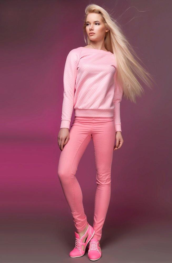 Красивой фигурой фото девушки в розовых штанах женщин