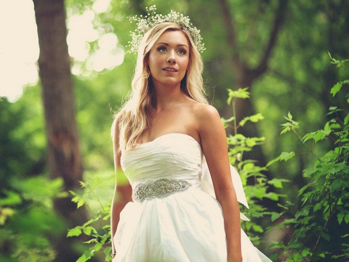 С невестой в лесу, залез юной стесняшки под юбку и гладит по пизде