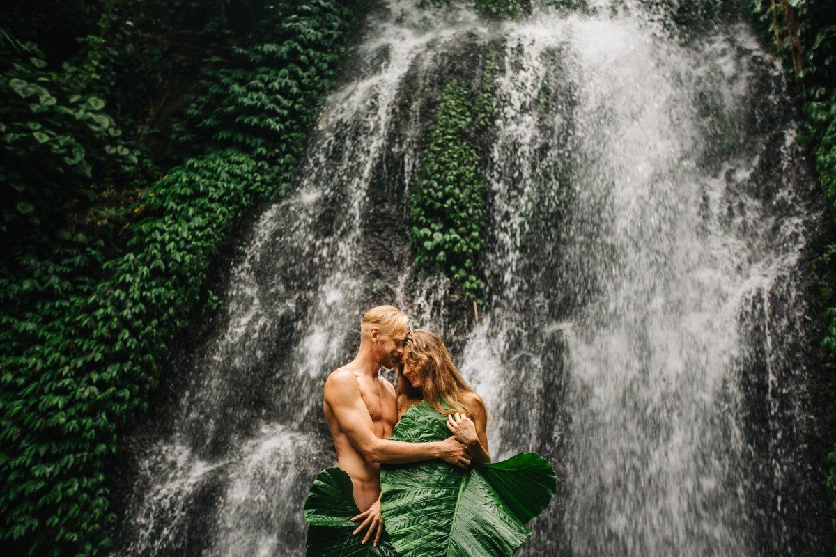 покрытия пары у водопада фотографии берегам озера