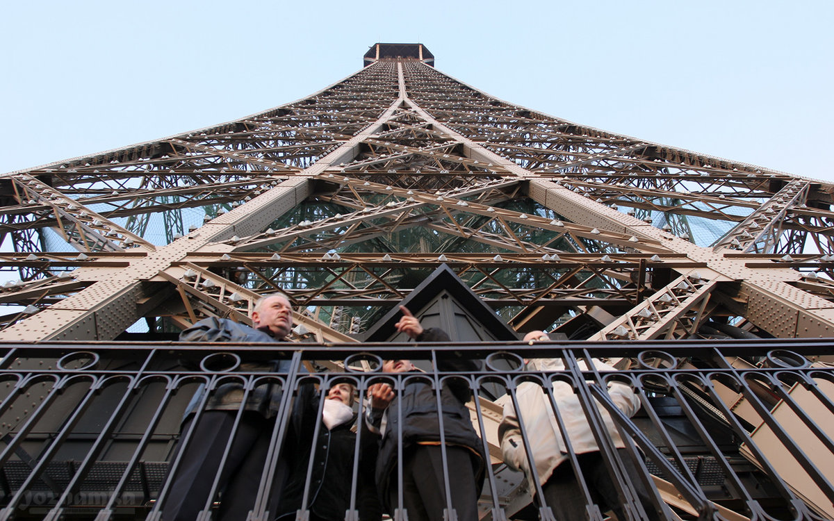 Эйфелева башня внутри картинки