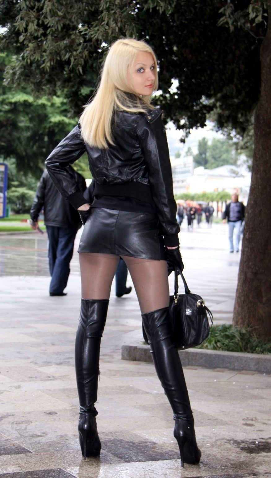 Порно фото женщины в сапогах на каблуках в короткой юбке видео безумно кричит