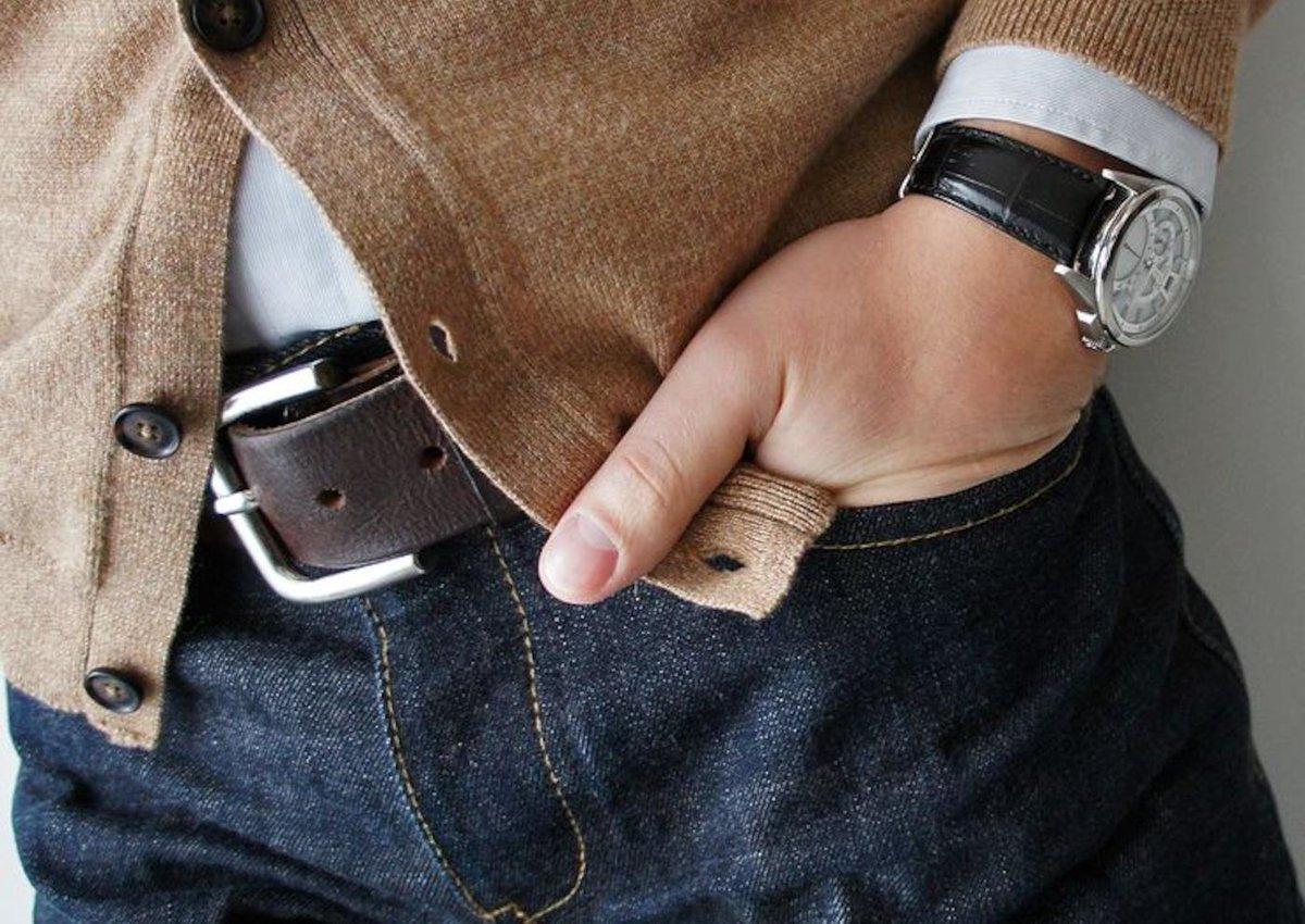 Картинка парень держит руку в кармане