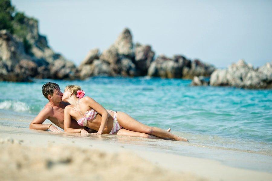 People having sex on beach — photo 3