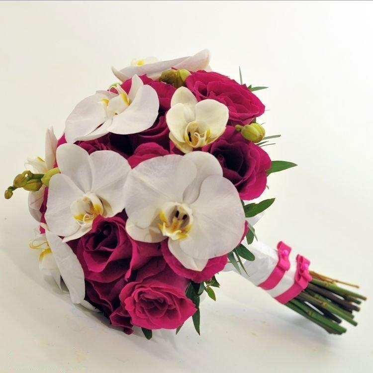 Букет невесты из ярких орхидей и роз