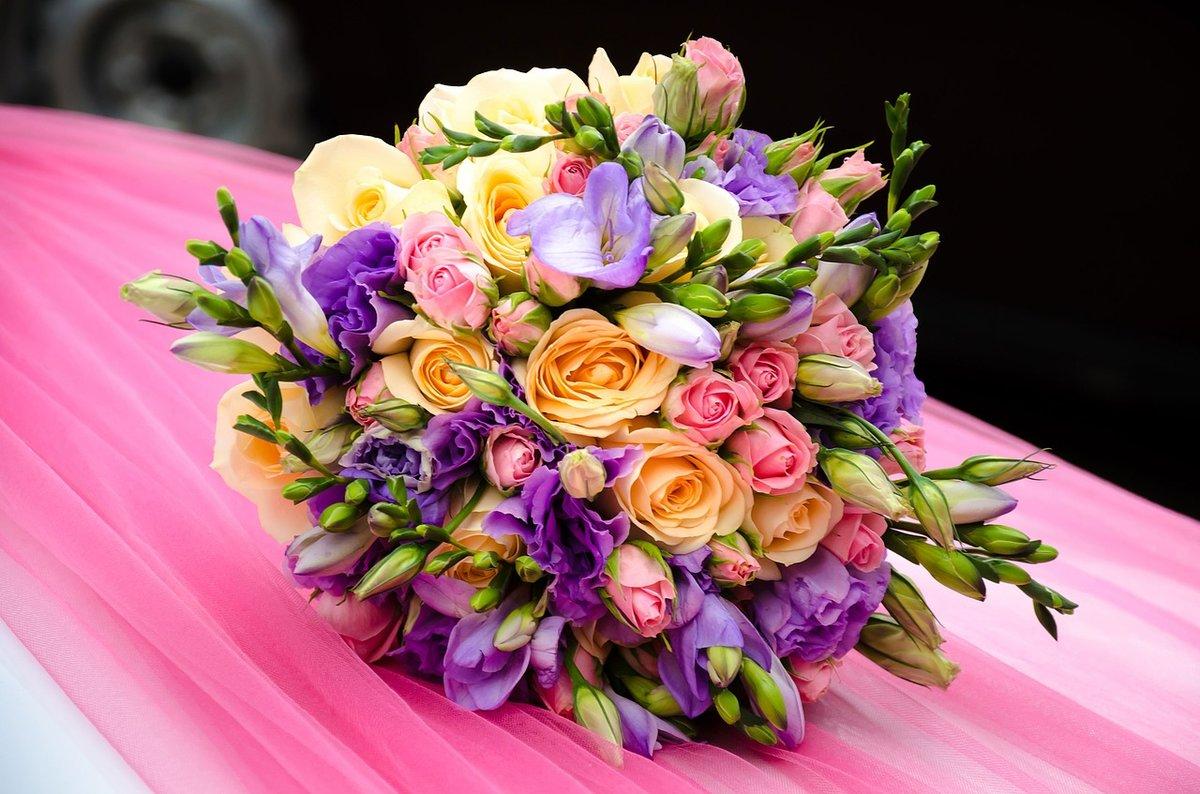 Букет цветов самые красивые, стоит букет