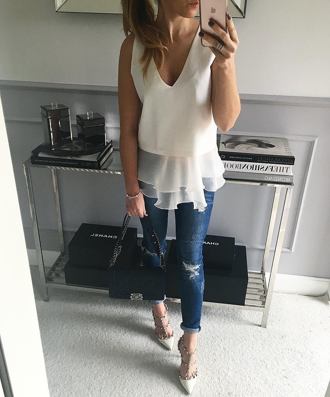 Женский белый топ с баской и джинсами