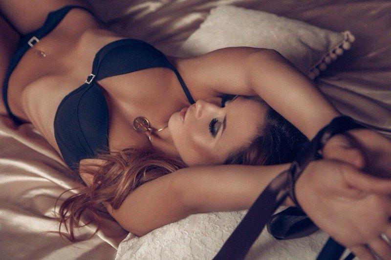 Девушки привязаны к кровати, секс фото с опытными телками