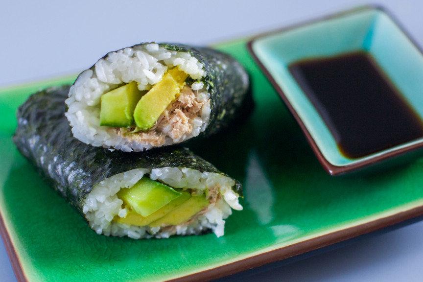 Для приготовления суши понадобится: рис для суши рисовый уксус листы нори тунец консервированный яйцо куриное — 3 шт.