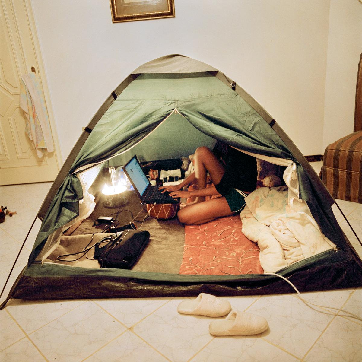 сайт фото девушек в палатке пышные девочки