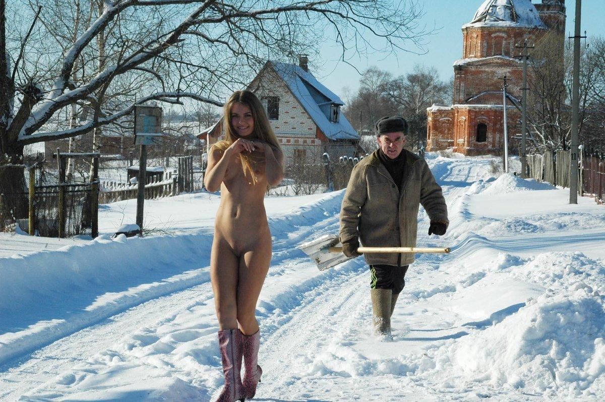 Грудастая девица раздетая зимой