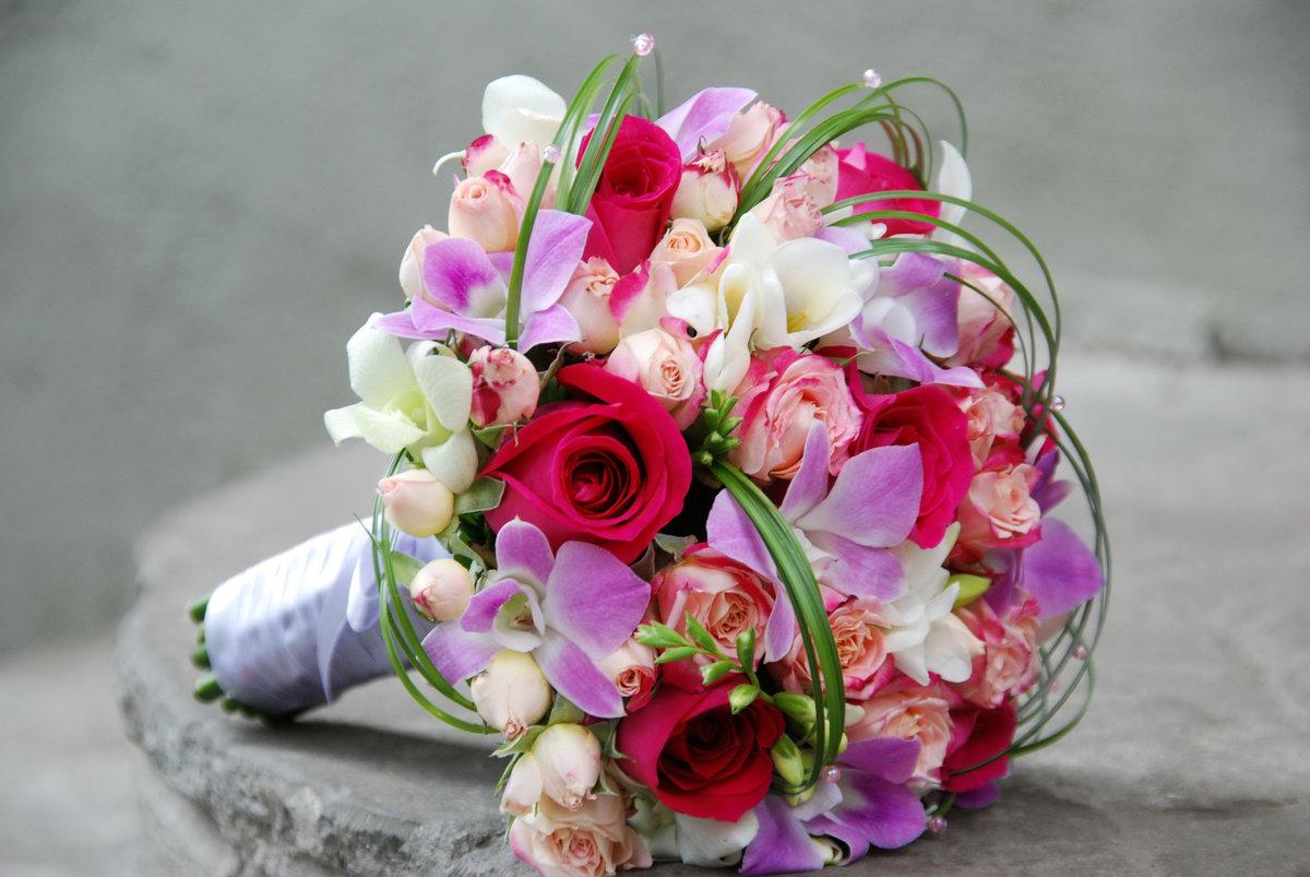 Букет невесты из роз и фрезий фото