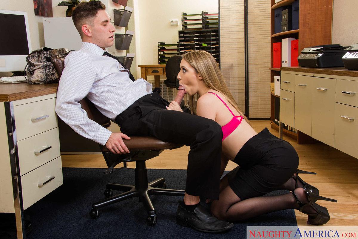 секретарша дала своему боссу в офисе легли под