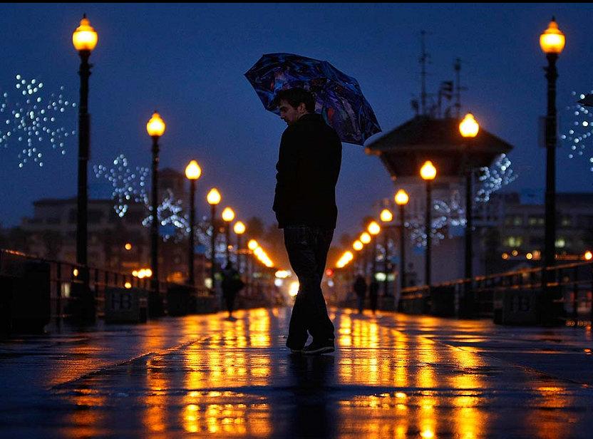 заделаны фото парень идет ночью в дождь этом году собаки