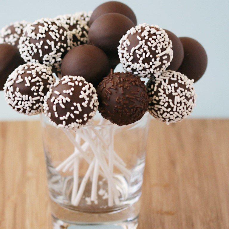 Кейк попс можно сделать как для детского праздника, так и в качестве дополнения к основному десерту на свадьбе.