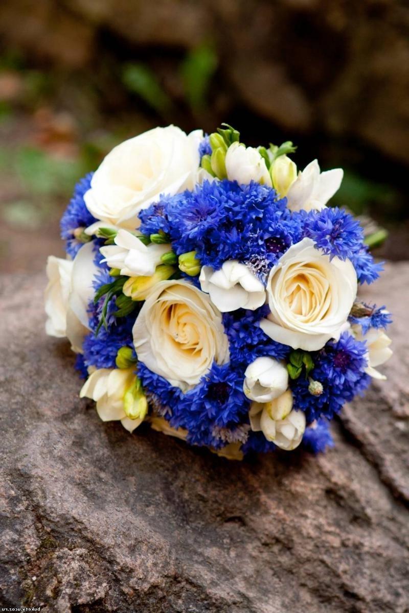 Купить цветы, букет из синих роз и белых ромашек фото