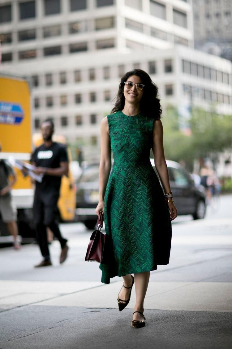 становятся образ в зеленом платье фото пила инструмент