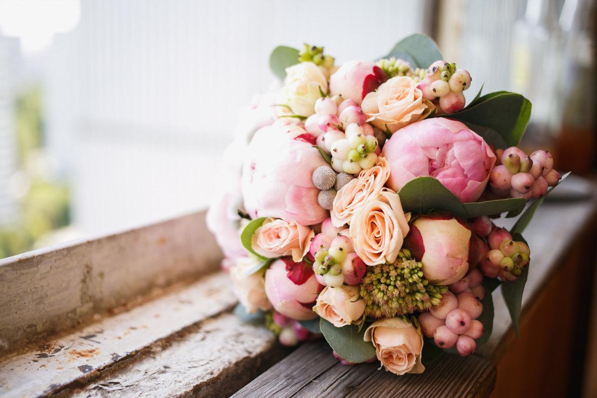 Цветы свадебные букеты пионы и розы