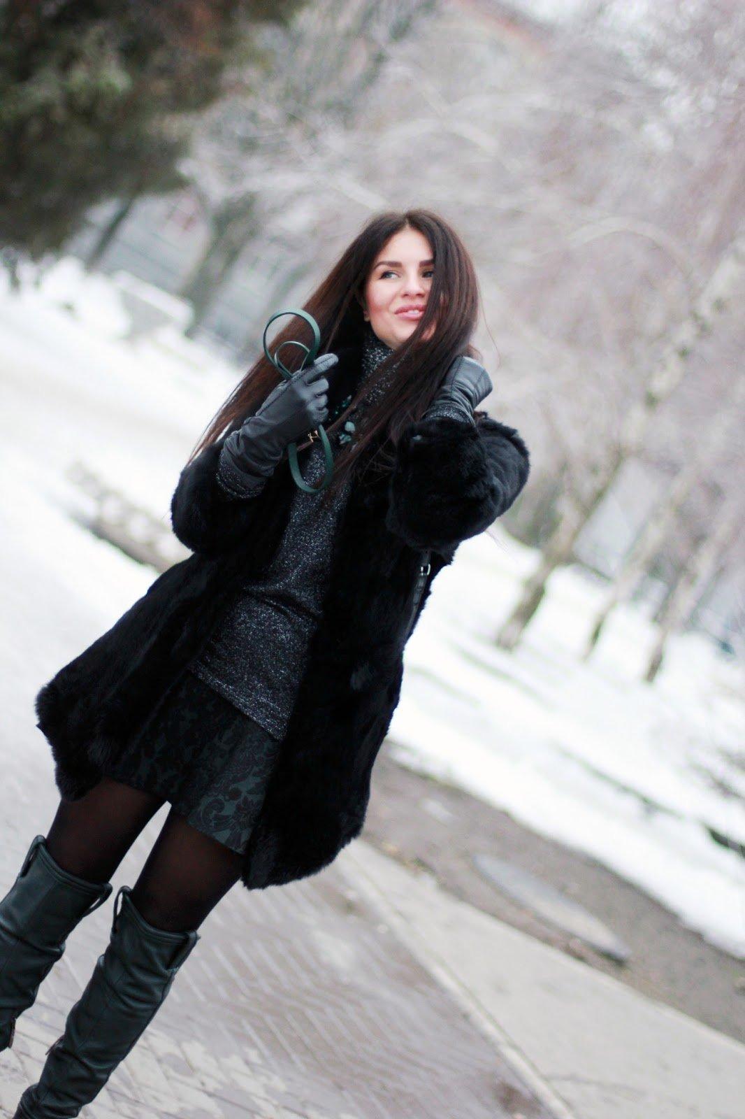 Сисястые латинки фото девушек на зимнем улице сзади брюнеток с одеждой