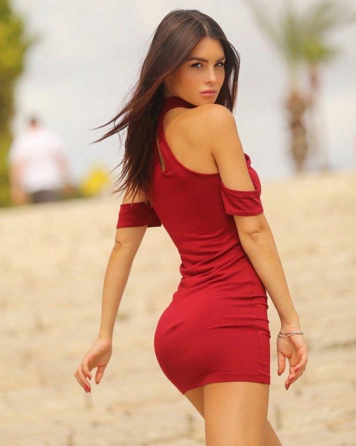 коротком оптяжном платье в