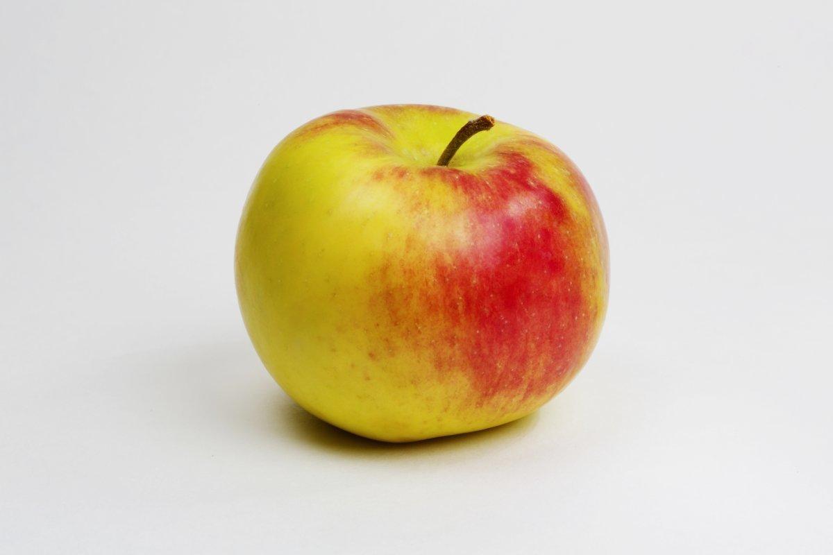 Картинка желтого яблока на белом фоне